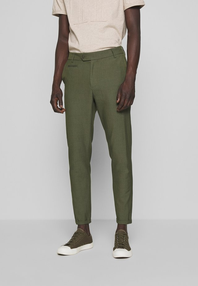 COMO LIGHT SUIT PANTS - Kangashousut - dark green