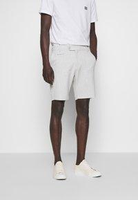 Les Deux - COMO LIGHT PINSTRIPE - Shorts - grey melange/off white - 0