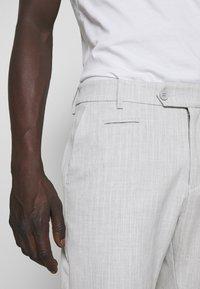 Les Deux - COMO LIGHT PINSTRIPE - Shorts - grey melange/off white - 3