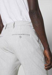 Les Deux - COMO LIGHT PINSTRIPE - Shorts - grey melange/off white - 5