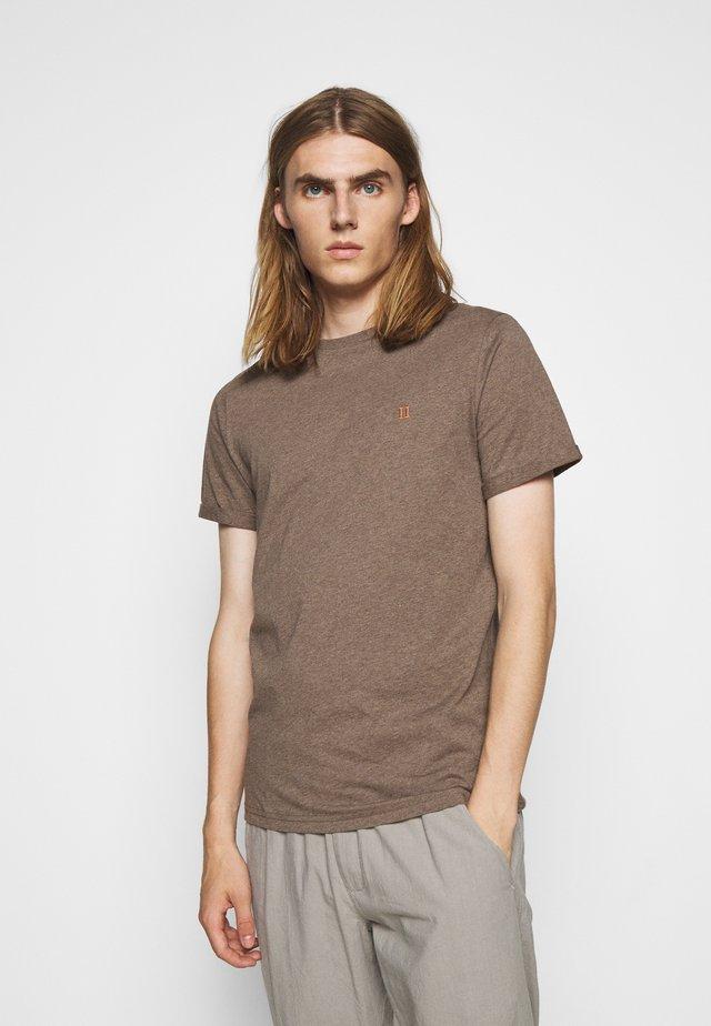 NØRREGAARD - T-shirt basic - brown melange/orange