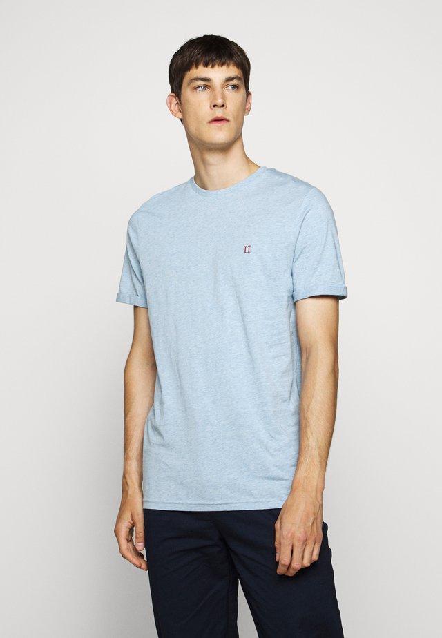 NØRREGAARD - T-shirt basic - light blue melange/orange