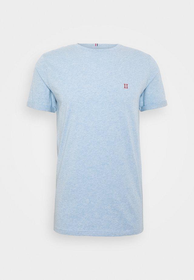 NORREGARD - T-shirts - light blue melange/orange