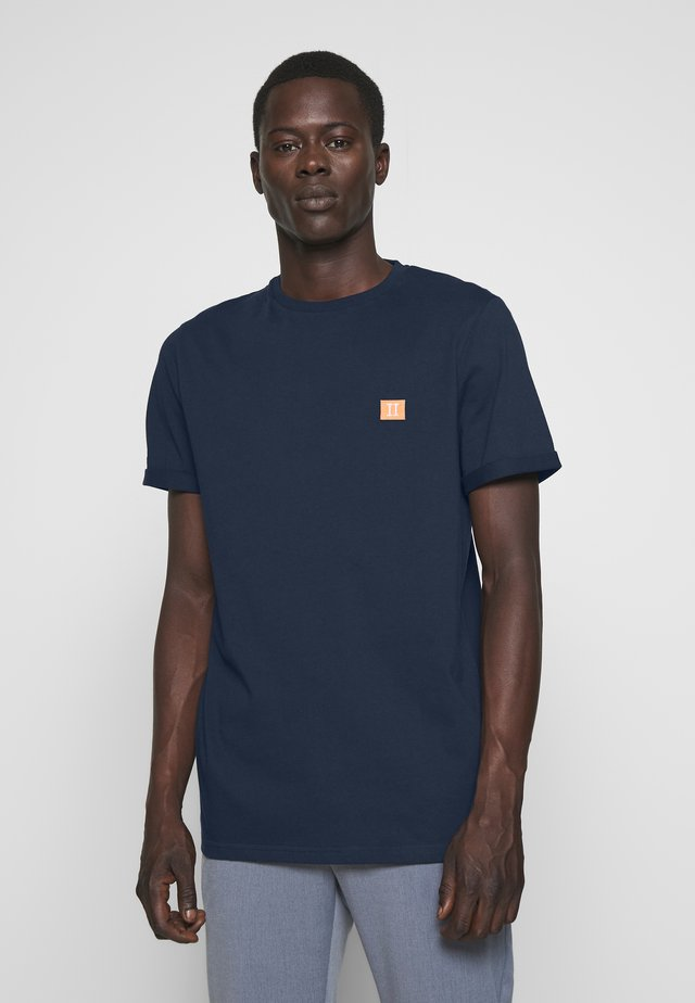 PIECE - Basic T-shirt - dark navy/papaya