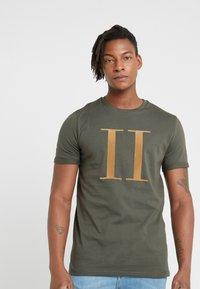 Les Deux - ENCORE  - T-shirt med print - dark green/sand - 0