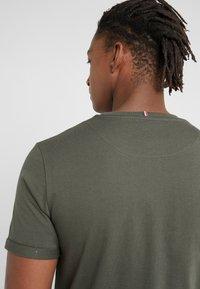 Les Deux - ENCORE  - T-shirt med print - dark green/sand - 3