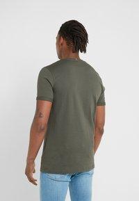 Les Deux - ENCORE  - T-shirt med print - dark green/sand - 2