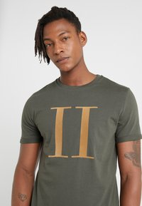 Les Deux - ENCORE  - T-shirt med print - dark green/sand - 5