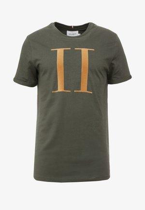 ENCORE  - T-shirts med print - dark green/sand