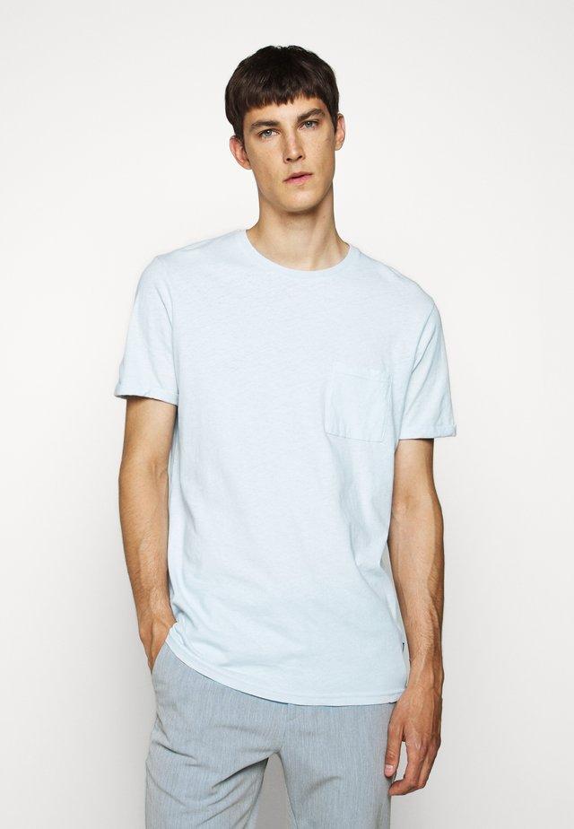 BRENON - Jednoduché triko - light blue