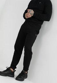 Le Fix - PATCH PANTS - Teplákové kalhoty - black - 0