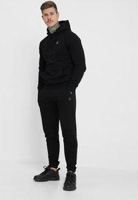 Le Fix - PATCH PANTS - Teplákové kalhoty - black - 1