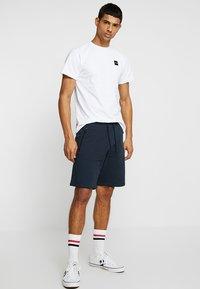 Le Fix - PATCH TEE - Jednoduché triko - white - 1