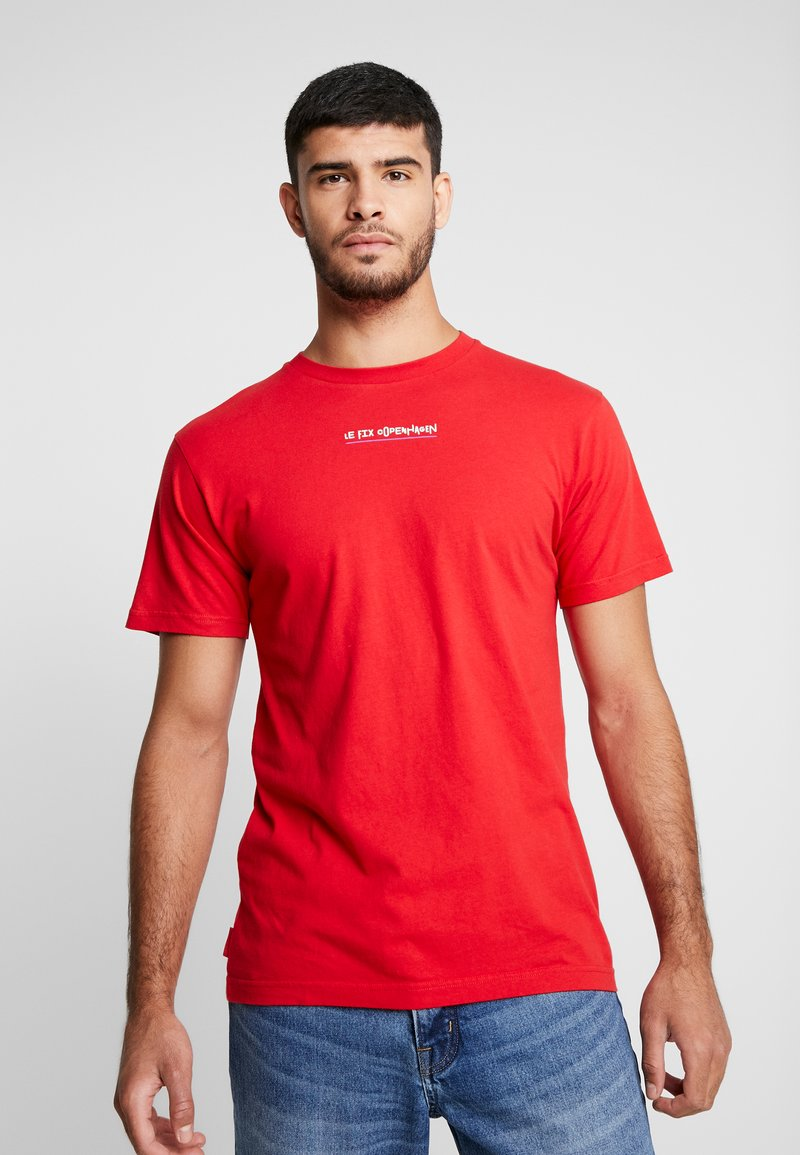 Le Fix - JUMPING LETTERS TEE - Print T-shirt - red