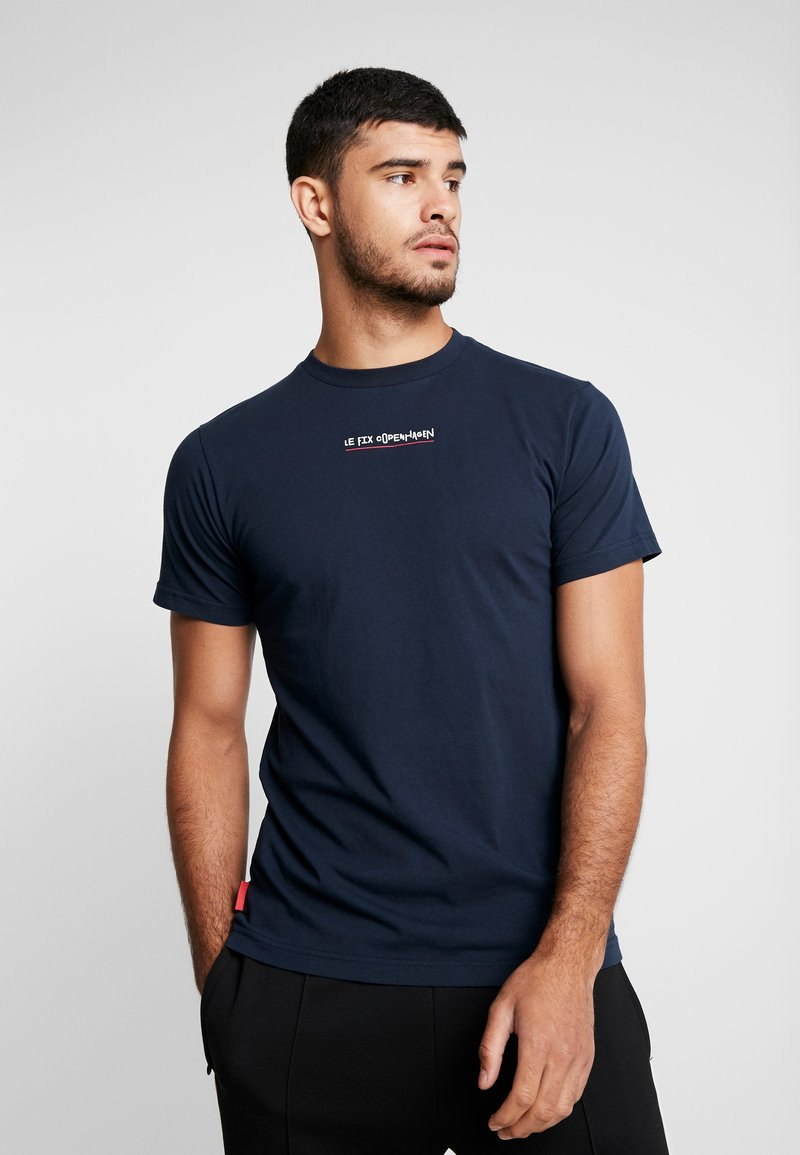 Le Fix - JUMPING LETTERS TEE - Triko s potiskem - navy