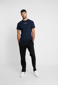 Le Fix - JUMPING LETTERS TEE - Triko s potiskem - navy - 1