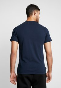 Le Fix - JUMPING LETTERS TEE - Triko s potiskem - navy - 2