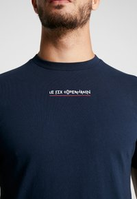 Le Fix - JUMPING LETTERS TEE - Triko s potiskem - navy - 5