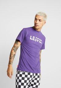 Le Fix - RIPPED TEE - Triko spotiskem - purple - 0