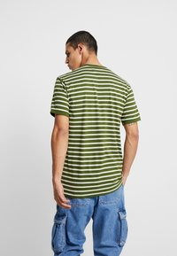 Le Fix - STRIPE TEE - Triko s potiskem - army/off white - 2