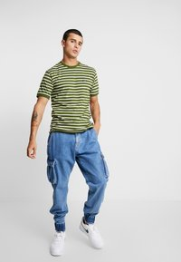 Le Fix - STRIPE TEE - Triko s potiskem - army/off white - 1