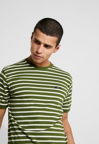 Le Fix - STRIPE TEE - Triko s potiskem - army/off white - 4