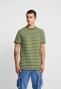Le Fix - STRIPE TEE - Triko s potiskem - army/off white - 0