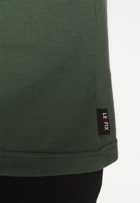 Le Fix - POCKET TEE - Jednoduché triko - army - 5