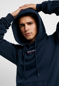 Le Fix - JUMPING LETTERS HOOD - Mikina skapucí - navy - 4