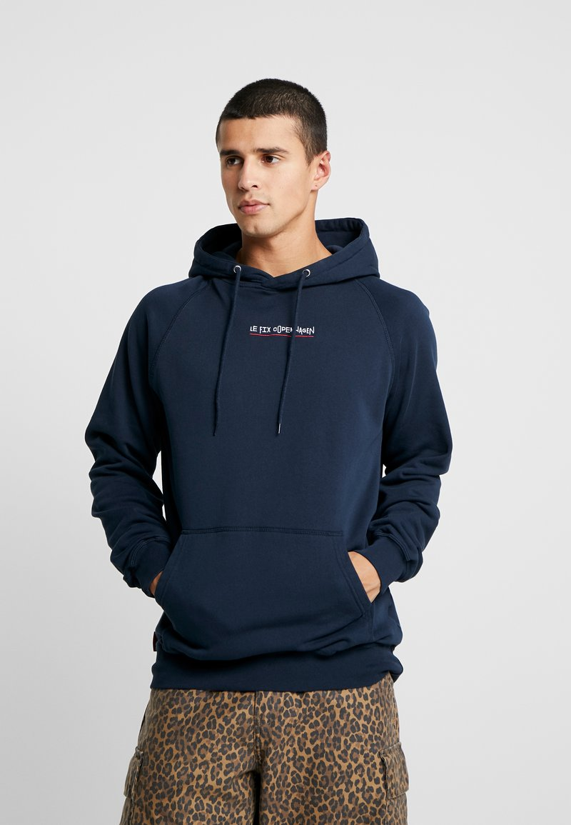 Le Fix - JUMPING LETTERS HOOD - Mikina skapucí - navy