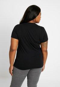 Lee Plus - ESSENTIAL LOGO TEE - Camiseta estampada - black - 2