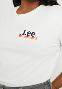 Lee Plus - CHEST LOGO TEE DO - T-shirt con stampa - off white - 4