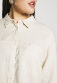 Lee Plus - POCKET WORKER SHIRT - Skjortebluser - ecru - 4