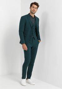 Lindbergh - PLAIN MENS SUIT SLIM FIT - Kostuum - dark green - 1