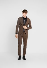 Lindbergh - PLAIN MENS SUIT SLIM FIT - Oblek - brown melange