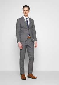 Lindbergh - CHECKED SUIT - Costume - grey - 1