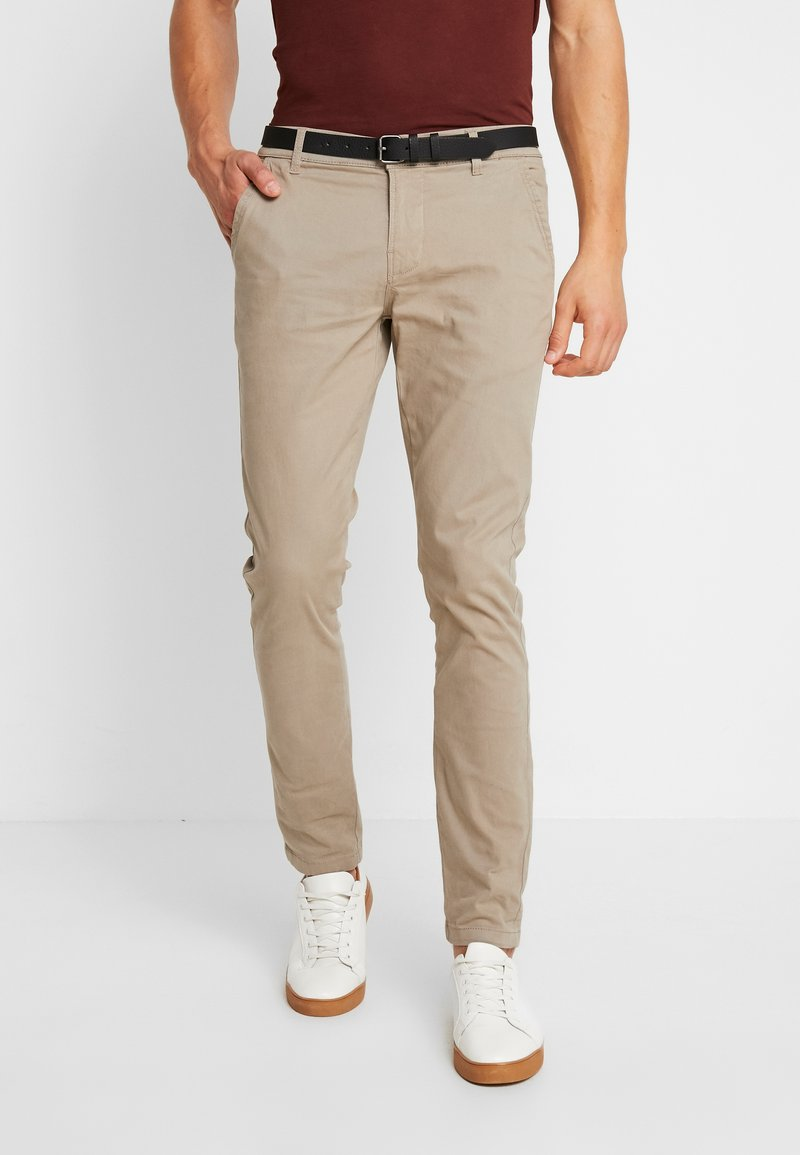 Lindbergh - CLASSIC STRETCH WITH BELT - Trousers - sand