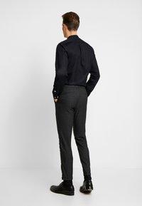 Lindbergh - CLUB PANTS CHECKED - Kalhoty - grey - 2