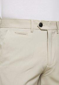Lindbergh - CLUB PANTS - Pantaloni - light sand - 3