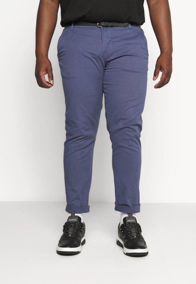 CLASSIC STRETCH WITH BELT PLUS - Chino kalhoty - dusty blue