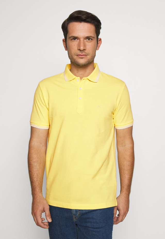 CONTRAST PIPING - Polotričko - pale yellow