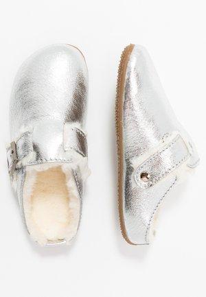 PANTOFFEL - Domácí obuv - silber