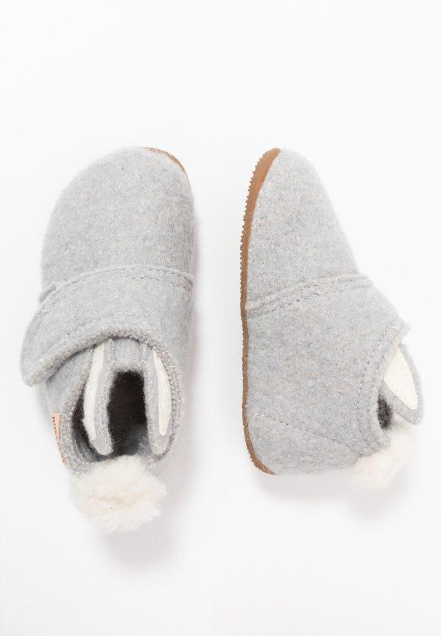 HASENOHREN UND BOMMEL - Pantoffels - hellgrau