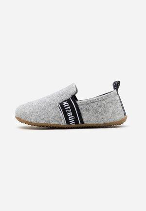T-MODELL UNISEX - Slippers - grey