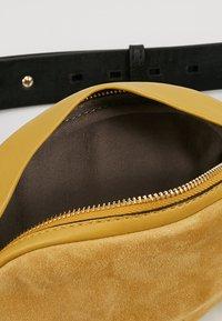 Liebeskind Berlin - Rumpetaske - tawny yellow - 4