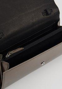 Liebeskind Berlin - BASAMAPS9 - Across body bag - warm silver - 4