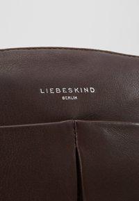Liebeskind Berlin - PLCROSSBS - Taška spříčným popruhem - dark brown - 6