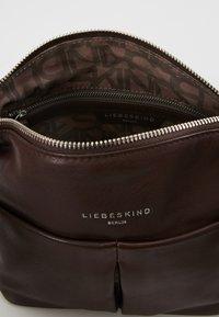 Liebeskind Berlin - PLCROSSBS - Taška spříčným popruhem - dark brown - 4