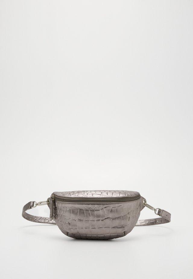 TAVIA - Saszetka nerka - silver