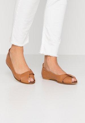 ATENA - Ballerina peep-toe - cognac